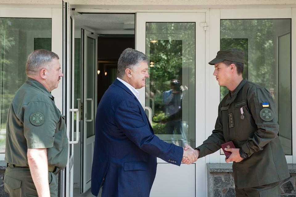 Порошенко нагородив військового, який врятував жінку під час вибуху уКиєві