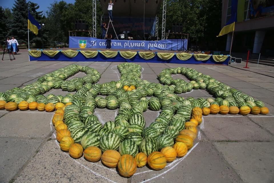ВХерсонской области нагерб Украинского государства пустили арбузы идыни