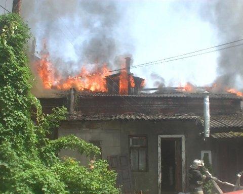 Харківські рятувальники більше шести годин приборкували велику пожежу у будинку, є фото та відео