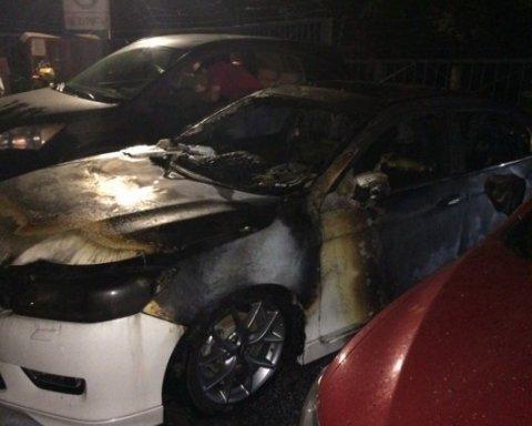 У Харкові на стоянці підпалили автівку
