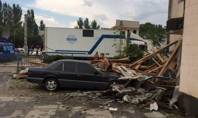 Непогода вгосударстве Украина: вХерсонской области порывом ветра опрокинуло грузовой автомобиль