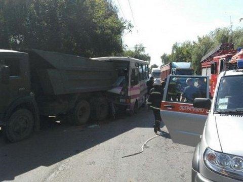 У Луцьку пасажирський автобус протаранив КАМАЗ, є фото і відео