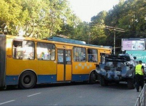 У Тернополі броньовик зіткнувся із тролейбусом