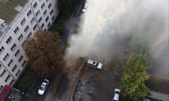 У Києві прорвало трубу, гаряча вода піднімалася вище зачетвертий поверх