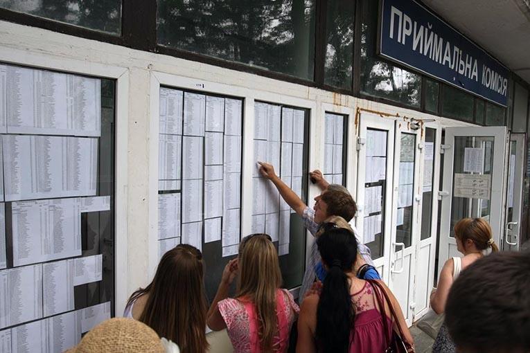 Сегодня университеты обнарудуют первые списки поступивших набюджетные места