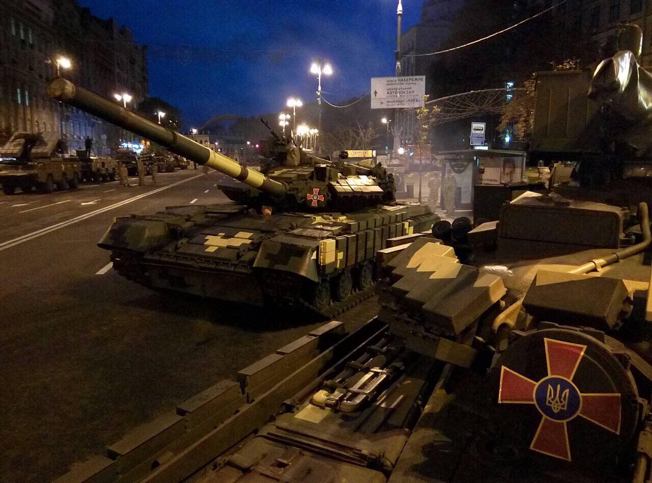 «Мощь непокоренных»: вцентр Киева прибыли танки ибоевые машины