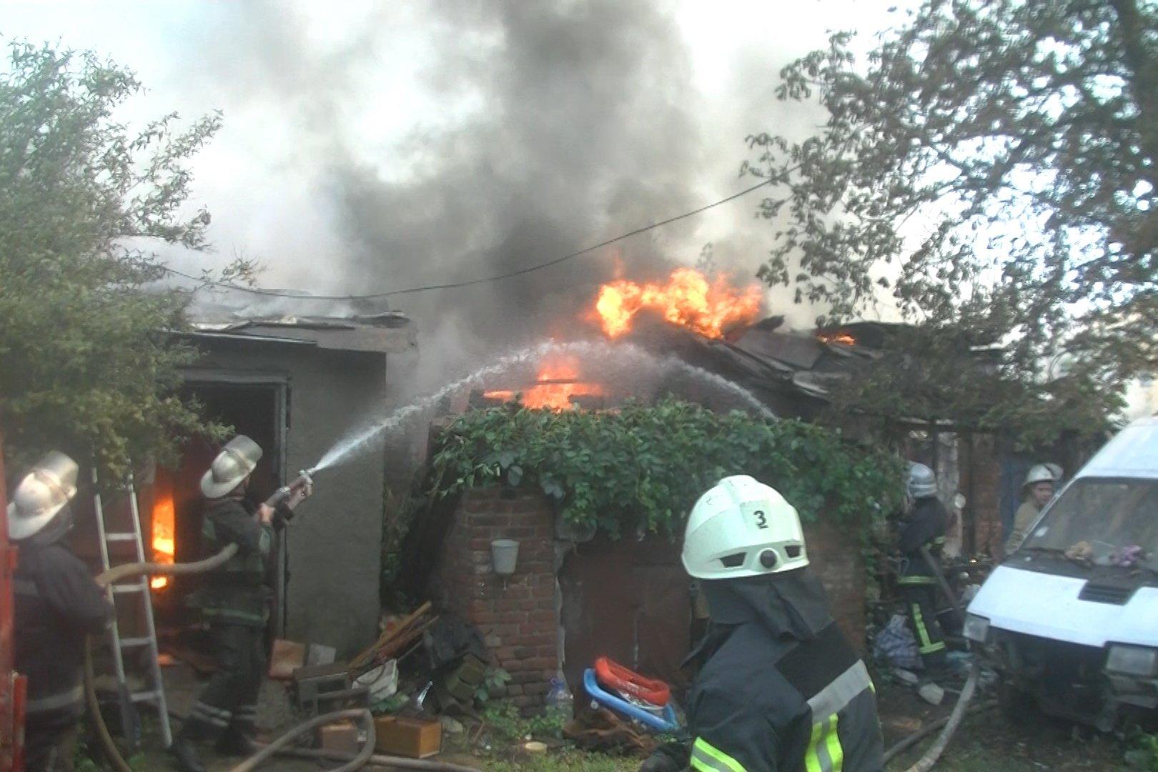 Харьковские спасатели более шести часов тушили крупный пожар в жилом доме, есть фото и видео
