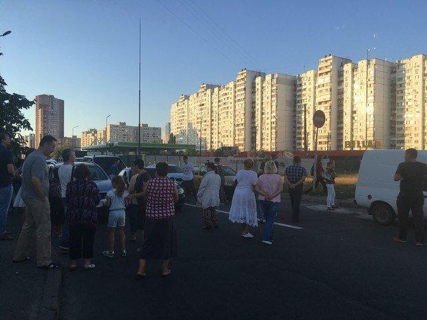 Кияни перекрили вулицю Ревуцького, протестуючи проти будівництва АЗС