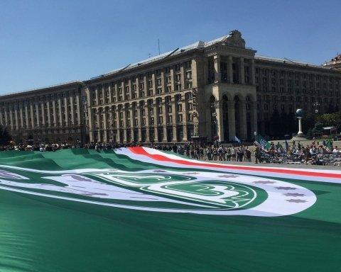 В Киеве на Майдане развернули огромный флаг непризнанного государства, есть фото