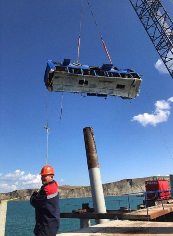 Автобус со строителями Керченского моста рухнул в море: подробности и фото