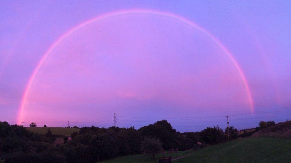 Особая «розовая» радуга возникла над Англией
