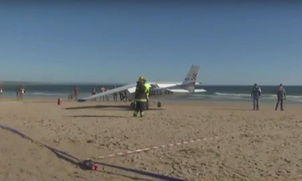 На береге близ столицы Португалии самолет насмерть сбил двоих человек