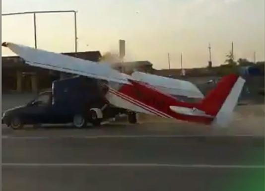 Экстремальная посадка: в Чечне самолет протаранил автомобиль, есть видео
