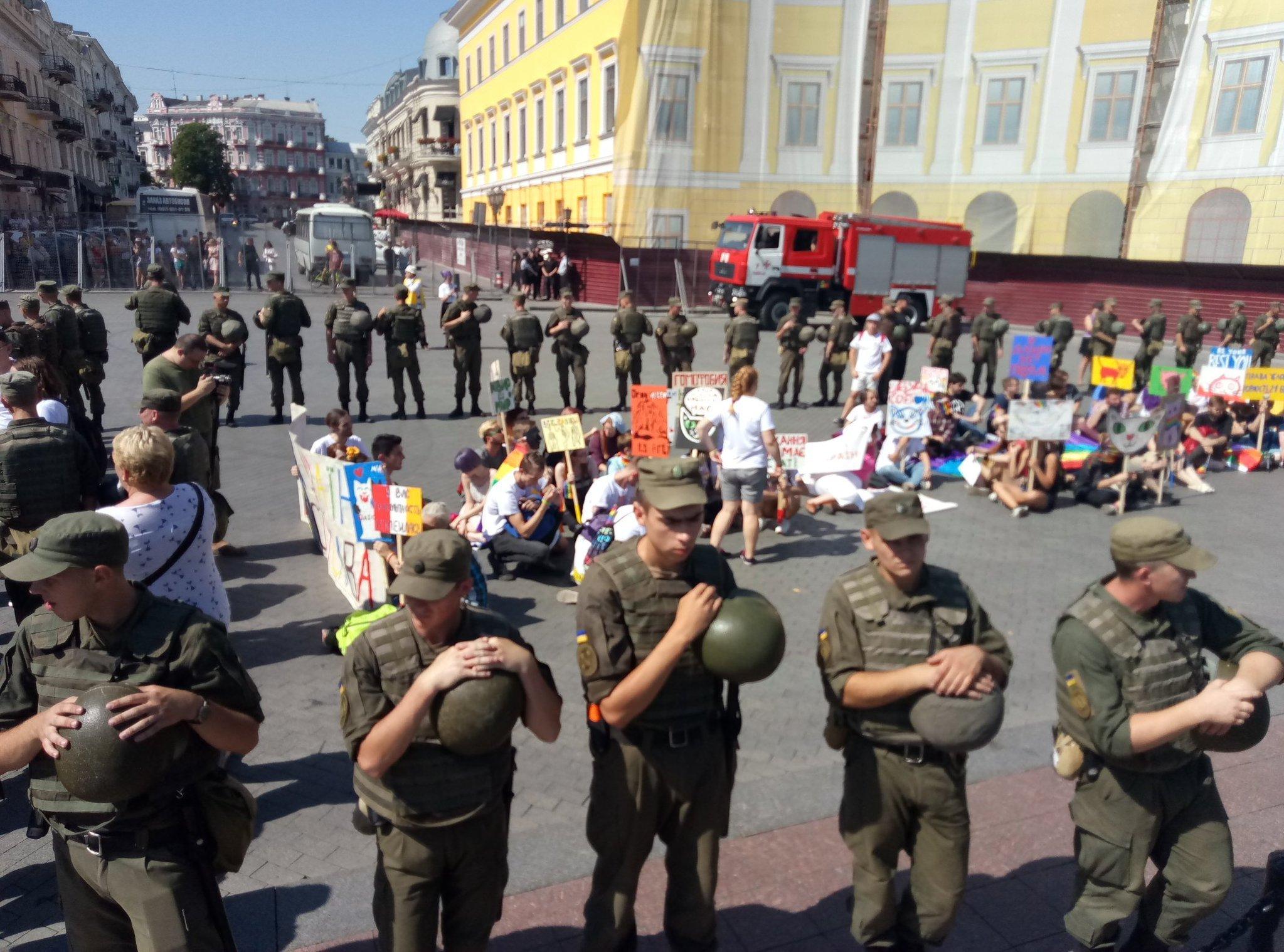 Участников Марша равенства в Одессе вывозят автобусами