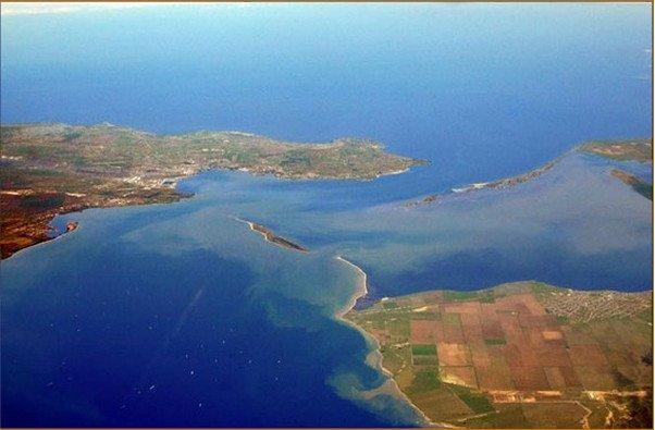 Окупанти будують міст: Росія надень закрила рух суден через Керченську протоку