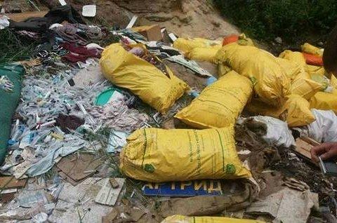 Під Києвом виявили стихійне звалище з медичними відходами, є фото