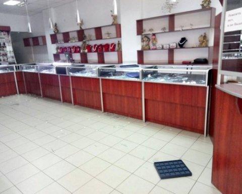 На Николаевщине трое вооруженных мужчин ограбили ювелирный магазин