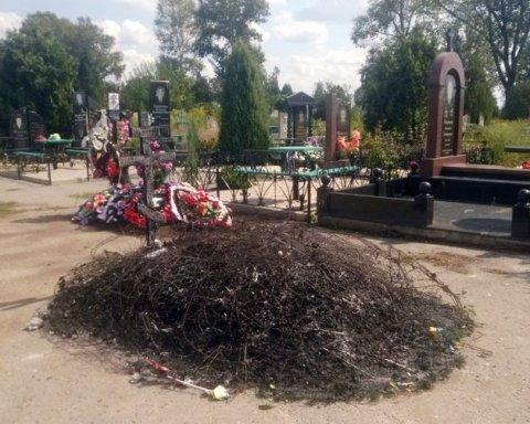 У День Незалежності на Донеччині спалили могилу бійця АТО, є фото