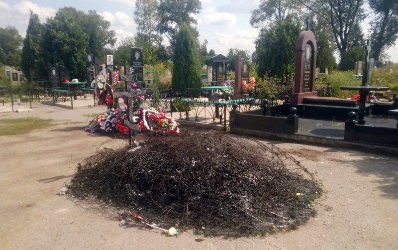 Ничего святого: наДонбассе сожгли могилу солдата АТО