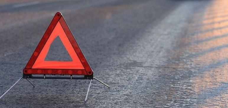 В Киеве на скользкой дороге перевернулась машина (фото)