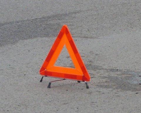 У Києві водій тролейбуса загинув під колесами авто, фото