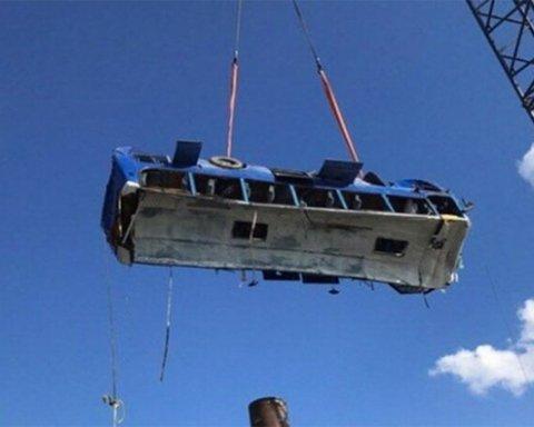 Автобус з будівельниками Керченського мосту впав в море: подробиці і фото