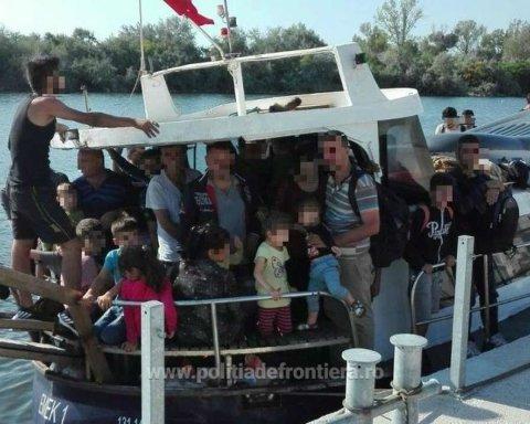 В Черном море перехватили судно 70 мигрантами из Ирака
