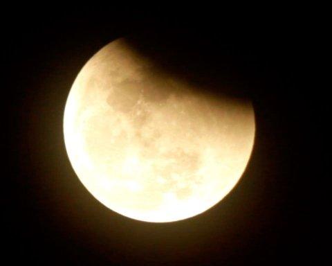Сегодня лунное затмение: В Укргидрометцентре рассказали, во сколько и как наблюдать