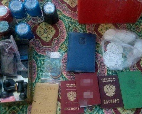 У Києві затримали угрупування, яке друкувало фальшиві паспорти для росіян