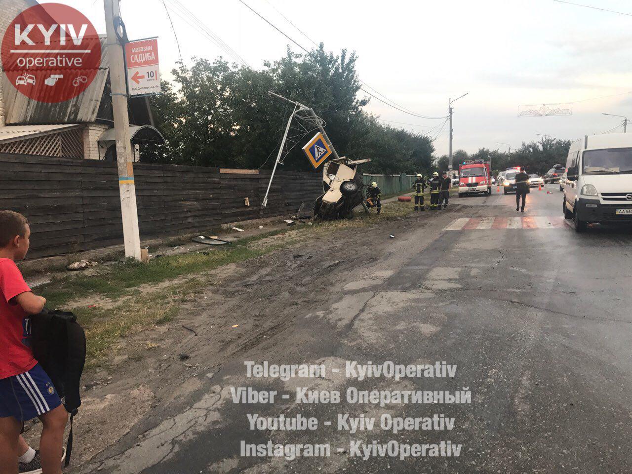 ДТП под Киевом: шофёр врезался встолб, пропуская пешеходов