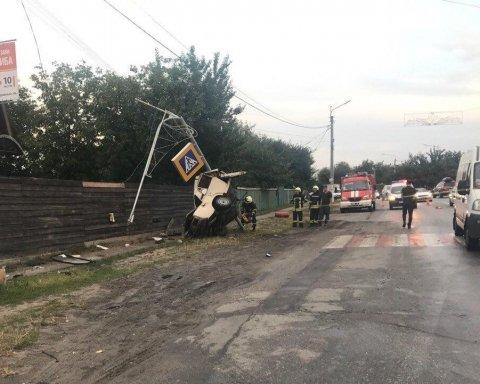Під Києвом рятувальники вирізали з понівеченого авто загиблого в ДТП водія, оприлюднені фото