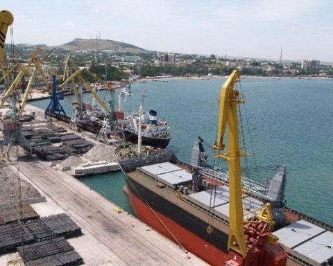 Судно з Туреччини незаконно завантажується в порту анексованого Криму