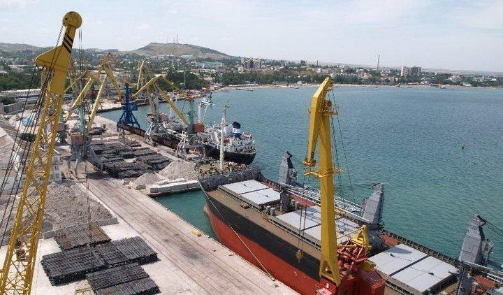 Судно из Турции незаконно загружается в порту аннексированного Крыма