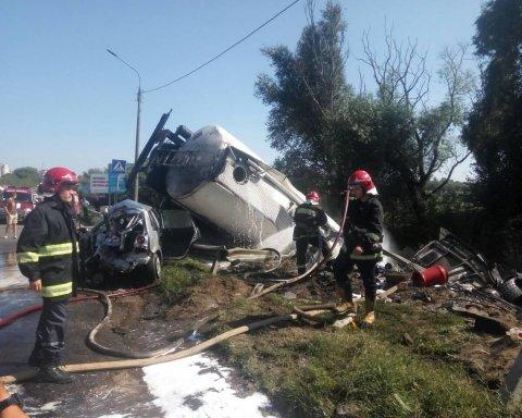 У Тернополі вантажівка з цистерною зіткнулася з чотирма автівками, є жертви