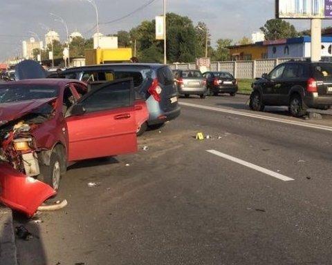 Ужасная авария в Киеве: разбиты три автомобиля