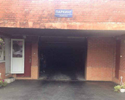 На підземній стоянці у Харкові підпалили автівки, є фото