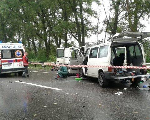 У масштабній ДТП на Харківщині загинуло двоє людей, ще 17 травмовано, є фото