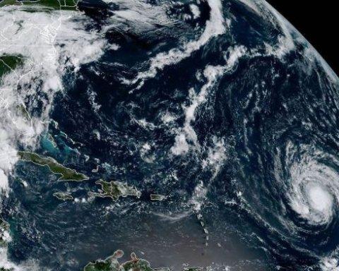 """Ураган """"Ірма"""": два надпотужні торнадо на морі зафіксували на відео"""