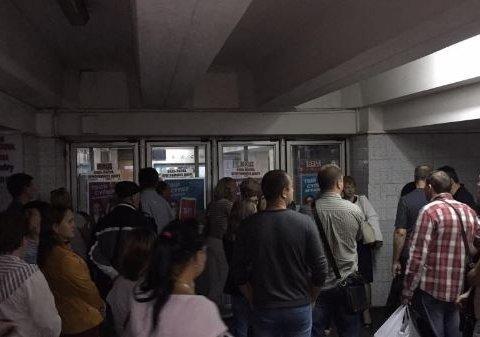 В Киеве внезапно закрыли станцию метро: сотни людей не могут попасть на работу