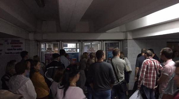 У Києві раптово закрили станцію метро: сотні людей не можуть потрапити на роботу