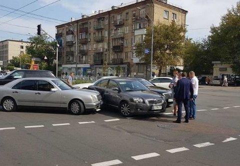Три елітних автівки протаранив мерс у столиці