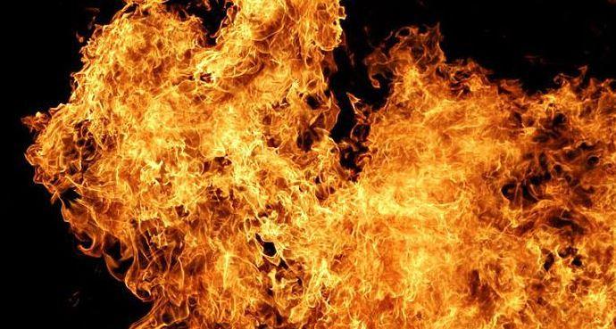 У Києві палає багатоповерхівка, в охопленій полум'ям квартирі людина (фото)