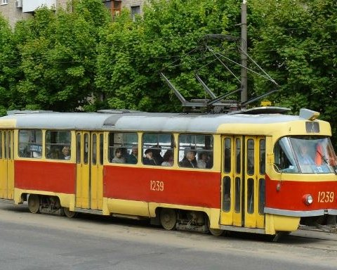 Пьяное ДТП в Киеве: Fiat протаранил трамвай (фото)
