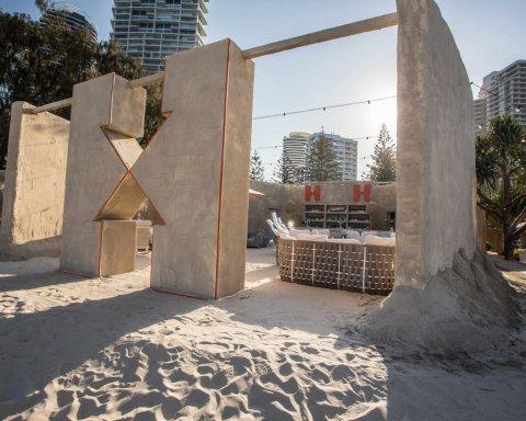 Туристам в Австралии предложили пожить в хостеле из песка (фото)