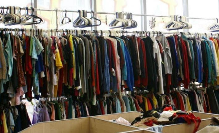 Українці масово одягаються у секонд-хенді