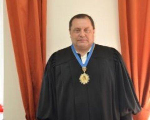 Судья, который пытался дать взятку Холодницкому, оказался за решеткой