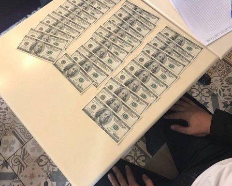 У Києві зловмисник намагався продати сто тисяч фальшивих доларів, є фото