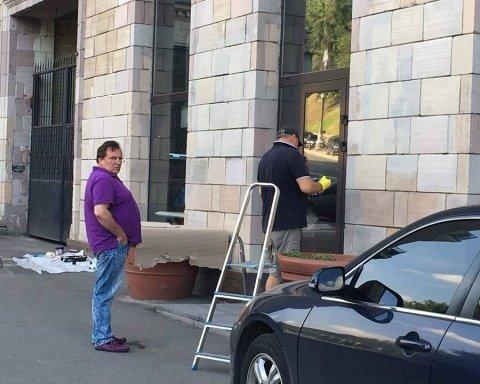 Власник салону на Грушевського повідомив, хто зафарбував патріотичні графіті