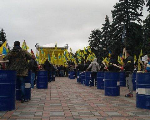 """Учасники протесту власників авто на єврономерах під ВР готові """"штурмувати"""" Кабмін"""