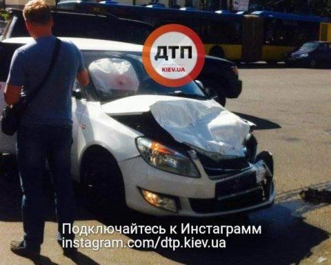 Сейф упал на авто киевлянки среди белого дня (фото)
